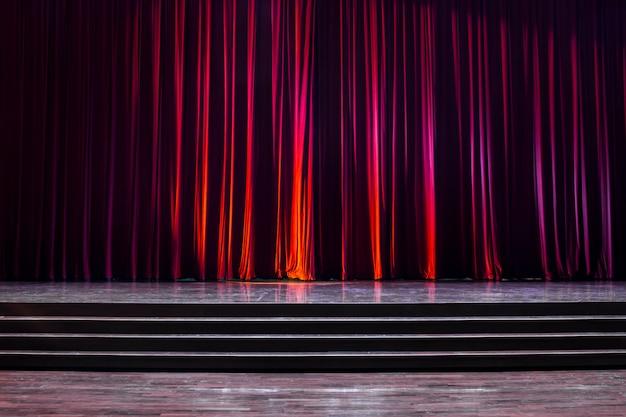 Palco de madeira e cortinas vermelhas. Foto Premium
