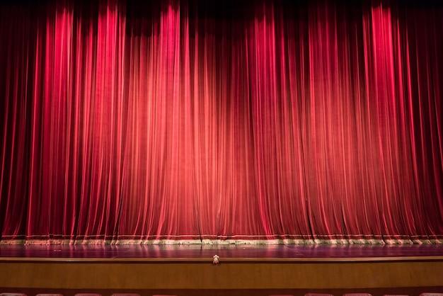 Palco De Teatro Vazio E Cortina Vermelha Ou Cortinas De