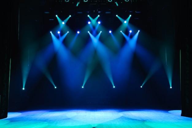 Palco livre com luzes, aparelhos de iluminação. Foto Premium