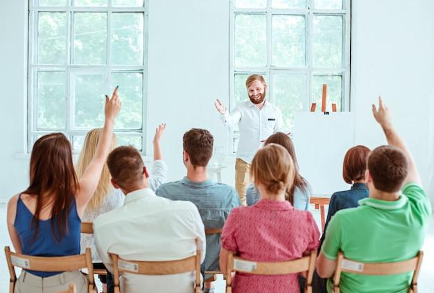 Palestrante na reunião de negócios na sala de conferências. Foto gratuita