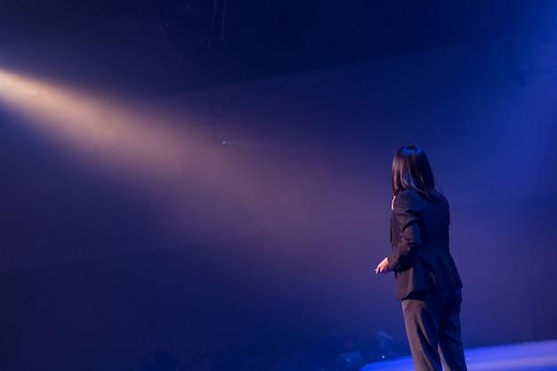 Palestrante no palco e dando palestra na reunião de negócios. Foto Premium