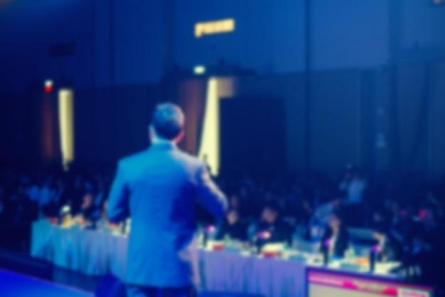 Palestrante no palco e dando palestra na reunião de negócios Foto Premium