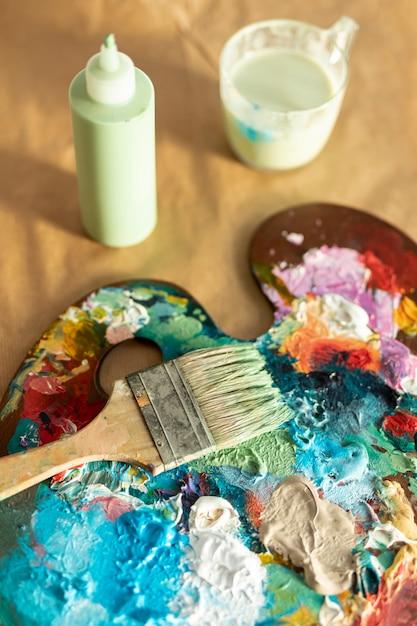 Paleta de bandeja de pintura de alto ângulo Foto gratuita