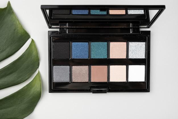 Paleta de maquiagem em configuração plana Foto gratuita