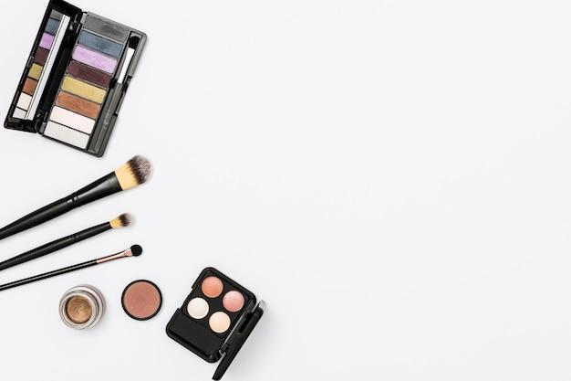 Paleta de sombra com pincéis de maquiagem isolado no fundo branco Foto gratuita