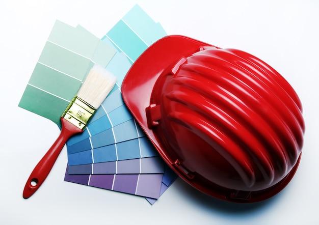 Palete de cores e capacete Foto gratuita