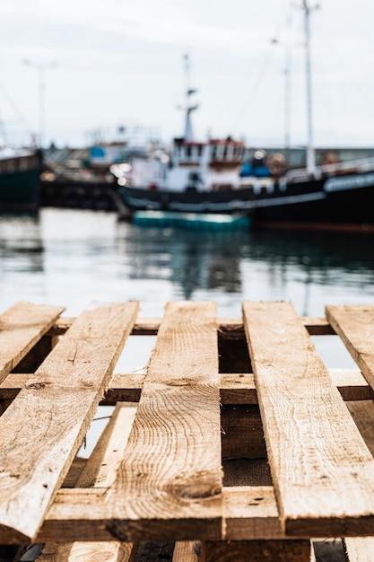 Paletes de madeira em um porto de barco de pesca Foto gratuita
