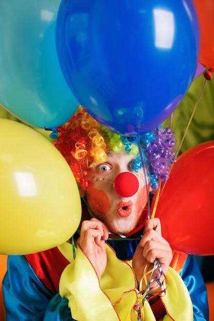 Palhaço com um monte de balões de ar coloridos. Foto Premium