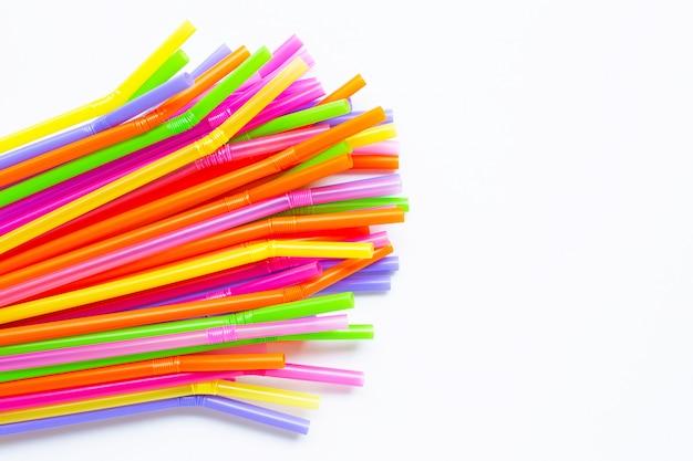 Palhas de plástico coloridas em branco Foto Premium