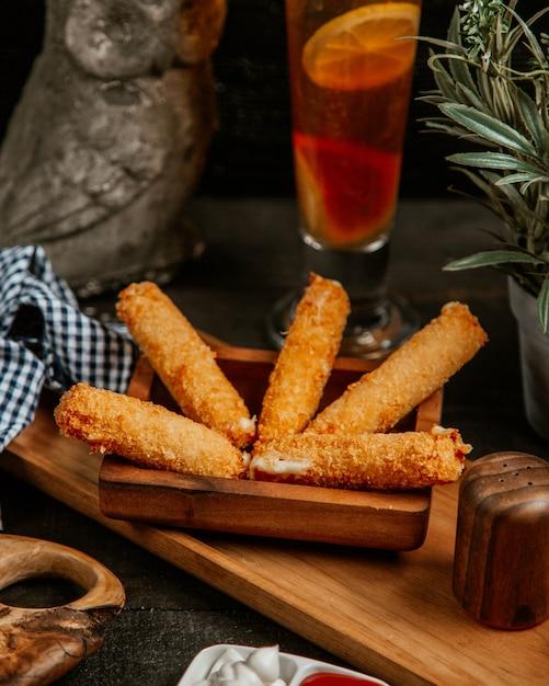 Palitos de mussarela frita com chá gelado Foto gratuita