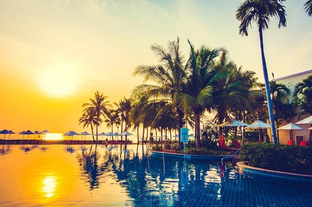 Palmeira de silhueta na piscina Foto gratuita