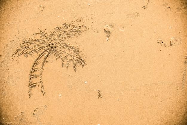 Palmeira desenhada na areia Foto gratuita