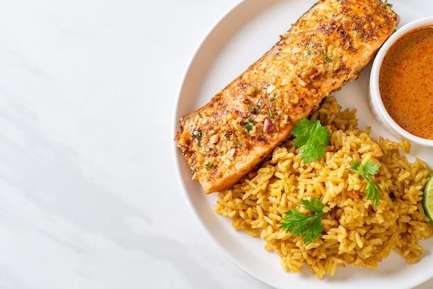 Pan tandoori de salmão grelhado com arroz masala. estilo de comida muçulmana Foto Premium