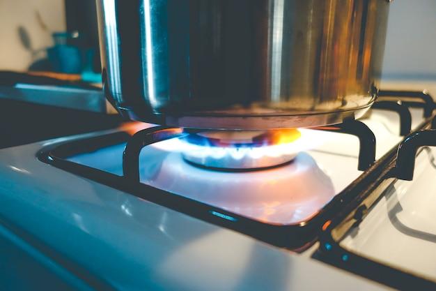 Panela no fogão a gás Foto Premium