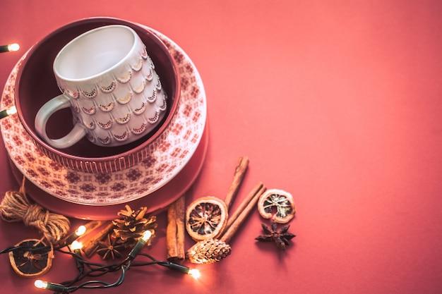 Panelas artesanais em uma mesa colorida Foto gratuita