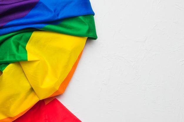 Pano amassado nas cores do arco-íris Foto gratuita