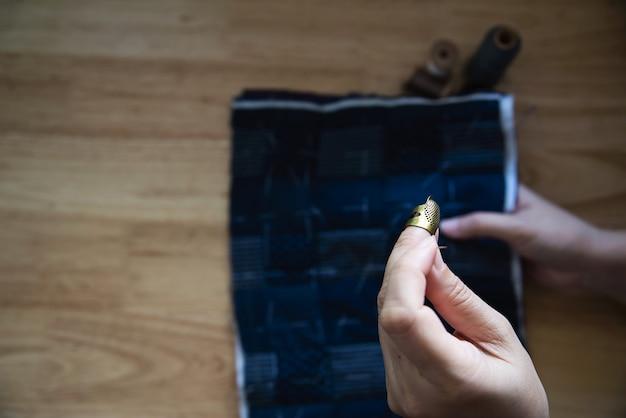 Pano de costura vintage mulher à mão com bordado definido na mesa de madeira - pessoas e conceito de trabalho doméstico diy artesanal Foto gratuita