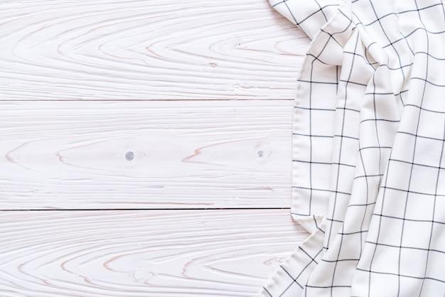 Pano de cozinha (guardanapo) em fundo de madeira Foto Premium