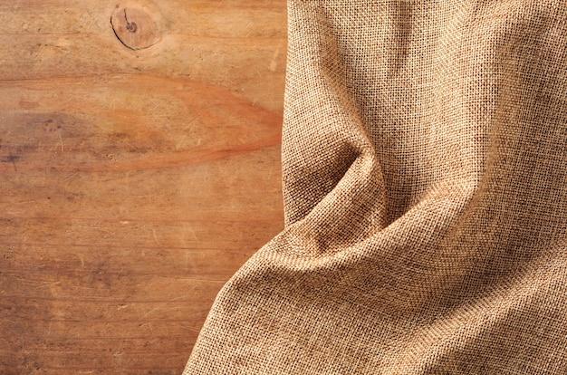 Pano marrom no fundo de madeira Foto Premium