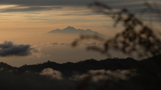 Panorama. amanhecer com vista para o vulcão. vulcão batur. bali, indonésia Foto gratuita