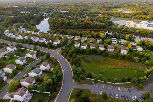 Panorama amplo, vista aérea com prédios altos, bairros residenciais no belo nascer do sol Foto Premium