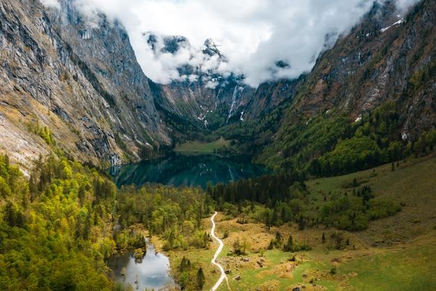 Panorama cênico da montanha com prados verdes e turquesa idílico Foto gratuita