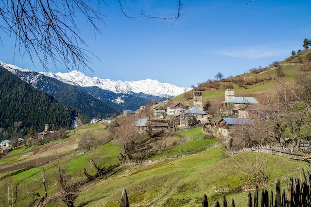Panorama da aldeia de montanha da geórgia e neve Foto Premium