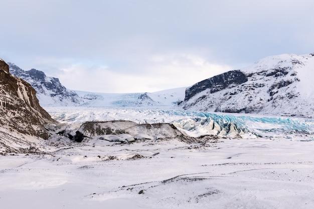 Panorama da geleira das montanhas islandesas e do parque nacional vatnajokull Foto Premium