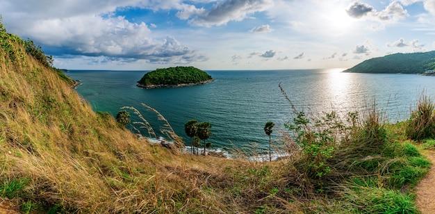 Panorama da ilha e pôr do sol do mar com colorido do céu na luz solar Foto Premium