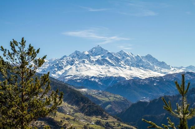 Panorama das montanhas da geórgia e neve Foto Premium