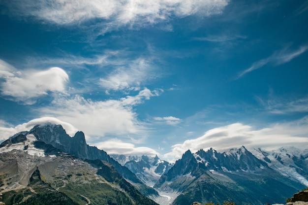 Panorama de aiguille verte ao mont blanc com céu azul nublado deslumbrante Foto gratuita