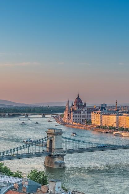 Panorama de budapeste ao pôr do sol. marcos húngaros Foto Premium