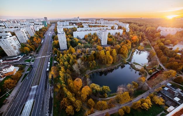 Panorama do parque em moscou, vista aérea na temporada de outono. Foto Premium