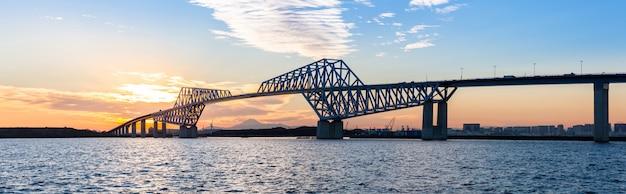 Panorama do pôr do sol de ponte de portão de tóquio Foto Premium