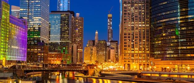 Panorama do sol de noite no centro de chicago Foto Premium