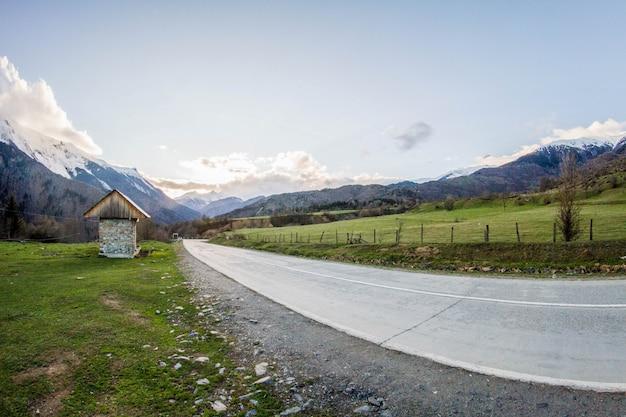 Panorama na estrada de montanhas da geórgia e neve Foto Premium