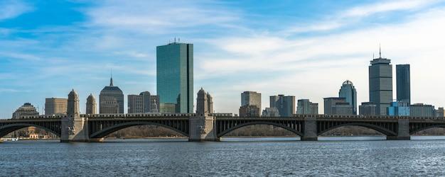 Panorama para a bandeira do trem que corre sobre a ponte de longfellow o rio de charles Foto Premium
