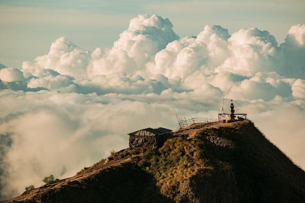 Panorama. templo nas nuvens no topo do vulcão batur. bali, indonésia Foto gratuita