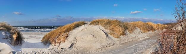 Panorâmica de uma ciclovia e entrada arenosa para a praia Foto Premium