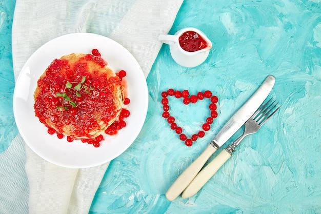 Panqueca americana com geléia - baga, viburno, amora Foto Premium