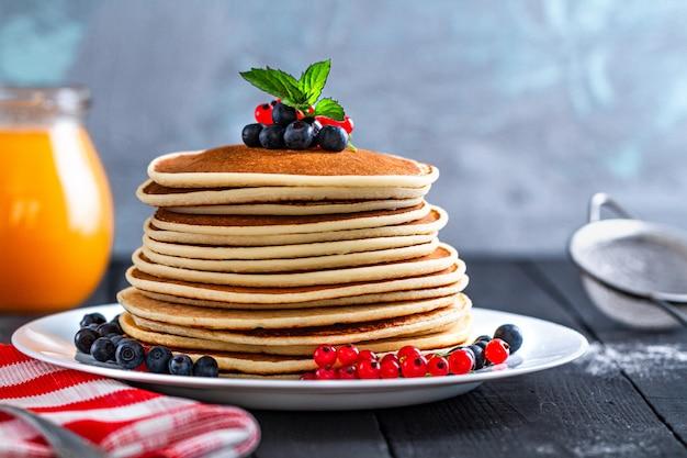Panquecas assadas caseiras com frutas frescas e hortelã verde no delicioso café da manhã Foto Premium