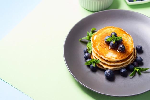 Panquecas caseiras servidas com frutas frescas Foto Premium