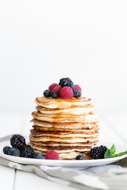 Panquecas com frutas e mel. espaço da cópia Foto Premium