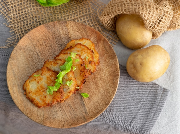 Panquecas de batata, draniki, deruny, latkes de batata ou boxties Foto Premium