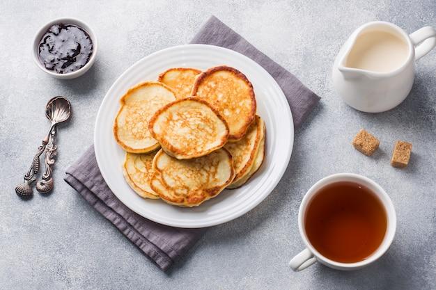 Panquecas do requeijão com doce e chá. Foto Premium