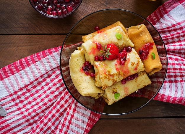 Panquecas douradas com geléia de amora e mel em estilo rústico. vista do topo Foto gratuita