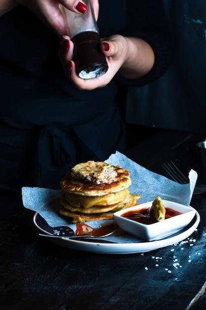 Panquecas saborosas servidas no prato Foto Premium