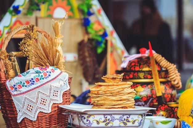 Panquecas tradicionais nacionalmente pratos da bielorrússia em shrovetide Foto Premium