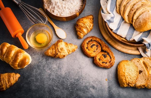 Pão acabado de cozer na mesa de madeira Foto Premium