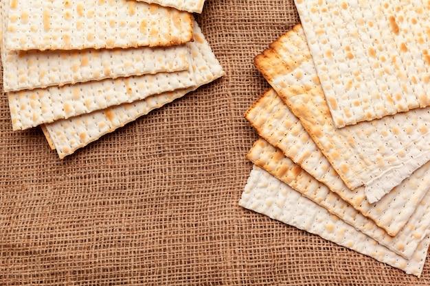 Pão ázimo para celebrações de feriado judaico em cima da mesa Foto Premium